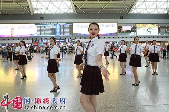 """六一儿童节 成都双流国际机场上演萌娃""""机长""""快闪"""