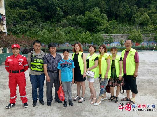 南江县志愿者协会义工关爱贫困儿童