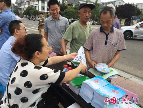 在宣传活动中,县总工会机关工作人员对禁毒知识进行了集中宣传