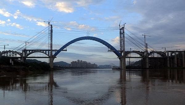 成貴高鐵金沙江大橋主拱合龍 建成後成都3小時到貴陽