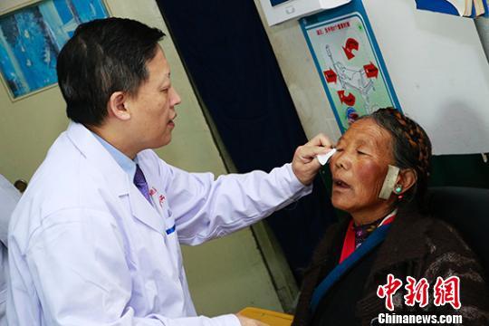 医疗志愿者在日喀则市为患者进行术前检查。 芊烨 摄