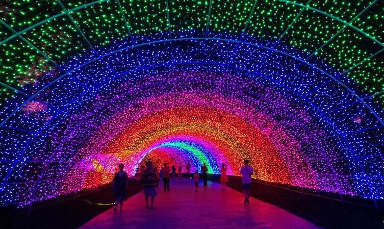 """成都数十万盏LED灯打造百米""""彩虹隧道"""""""