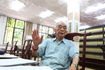 四川大学96岁老教授 图书馆阅读照网络走红(图)