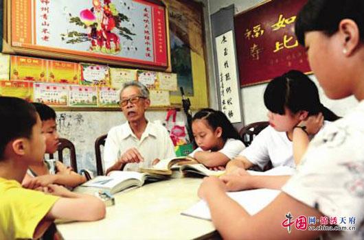 蓬安县一老校长退而不休 11年免费辅导300余名留守娃