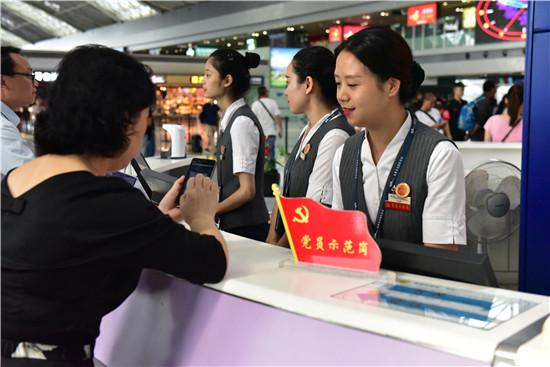 """出行咨询的旅客   除今年""""十一""""假期比往年同期多一天外,对今年""""十一""""期间乘机进出成都机场的旅客也是最为方便快捷的,广大旅客可通过地铁直达T1和T2航站楼,这是地铁直达成都机场后,成都机场迎来的第一个黄金周。据分析,在国庆期间,成都机场客源主要以旅游流、回乡探亲流为主,而旅游流将成为客源主体,约占进出港人数的8成左右,国内长线出行旅客主要前往北京、上海、广州、深圳、海口、三亚、福州、厦门、宁波、杭州、南京、武汉、郑州、乌鲁木齐、兰州、拉萨、沈阳、大连等主"""